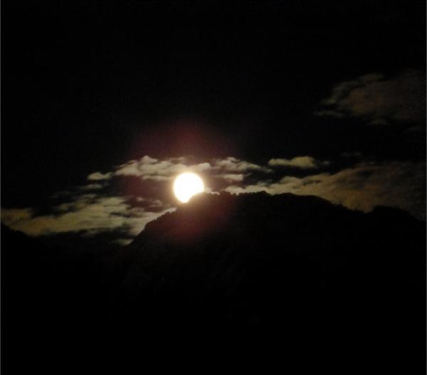 voila quelque clicher de la lune sortant de deriére les montagne