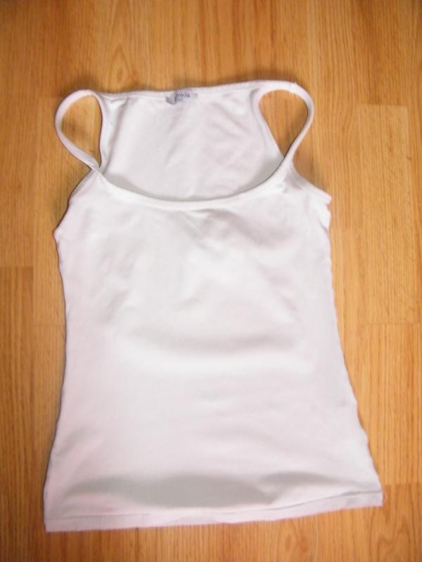 Débardeur blanc (aussi disponible en gris).