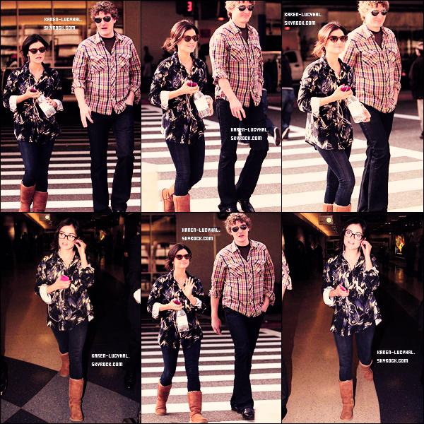 03 Novembre 2012 Lucy est de retour à Los Angeles et a été photographiée lors de son arrivée à l'aéroport LAX. Top ou flop?