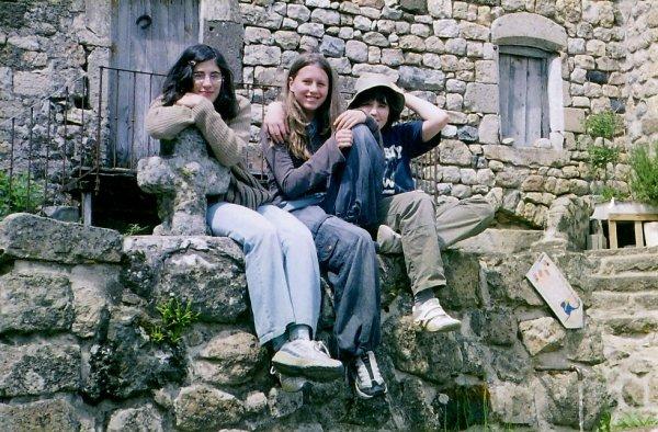 Marion entourée par Anne et Léon