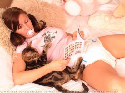 Saffy avec son petit chat et sa tena autour de la taille.