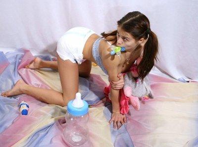 Oh bébé a été surprit part un bruit :o ne tkt pas mon bébé c'est maman qui range ta chambre mon nounours