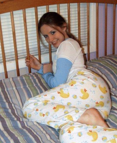 Bébé est heureusement dans son beau pyjamas avec sa couche souris maman prend une photo :)