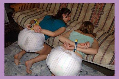 Les bébé voulais enlevé leurs couches sans permission alord maman leurs a mit des menottes