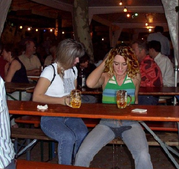 je t'avais bien dis de mettre une couche. Pour te punir montes debout sur la table et fais toi voir à tout le monde, jambes écartées et mains sur la tête