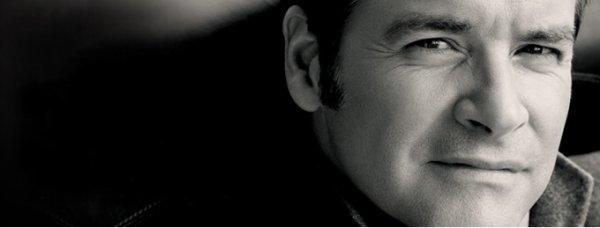 Roch Voisine revient avec « Mon Premier Sapin Blanc », son nouveau titre féérique