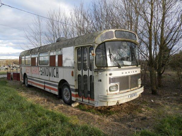 ancien bus saviem dans son jus