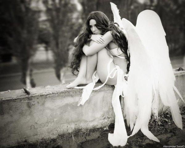 Tu m'as fais souffrir comme personne ne s'était avisé de le faire. Tu m'as menti avec tes belles paroles qui voulaient tous dire pour moi mais rien pour toi. Je t'ai tous dit sur moi même les choses les plus intimes. Tu m'as tous dit toi aussi,tous le scénario que tu t'étais tant répété dans ta tête pour me faire rêver et craquer. Tu disais tant m'aimer et je te croyais tellement,c'était si beau un amour non existant. Tu étais si beau avec ton costume de menteur et ton apparence parfaite si trompeuse. Tu n'as jamais rien fait mais tous enduré .. ou plutôt tu as toujours fais endurer aux autres se que toi tu disais avoir veccus.