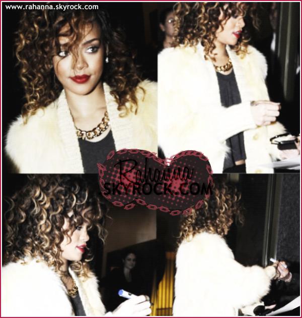 [a=]. Rihanna a été vu en allant à une afterparty dans une boutique Armani à Milan le 12 Décembre. Rihanna est de nouveau brune. Comment la trouves-tu ? [a=].