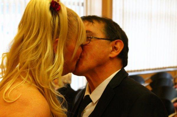 (vous pouvez embrasser la mariée)