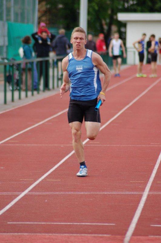 Victoire sur le 4x100M de la série