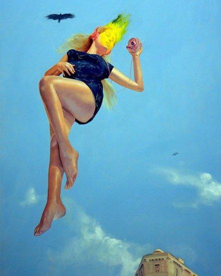 fille dans le ciel bleu