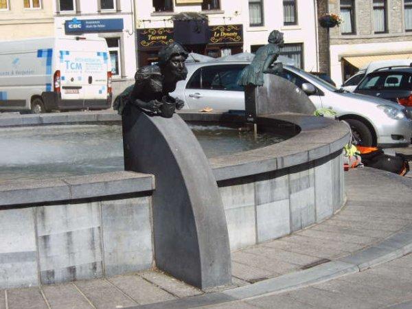 la jolie fontaine sur la place ( HIstoire du pot de charles - Quint) légende