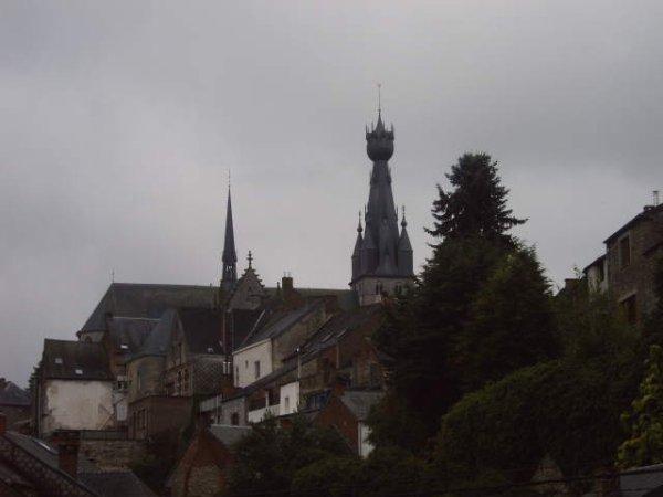 La Basilique de Walcourt photo prise sans détail en marchant dans une rue donc on ne voit pas les détails