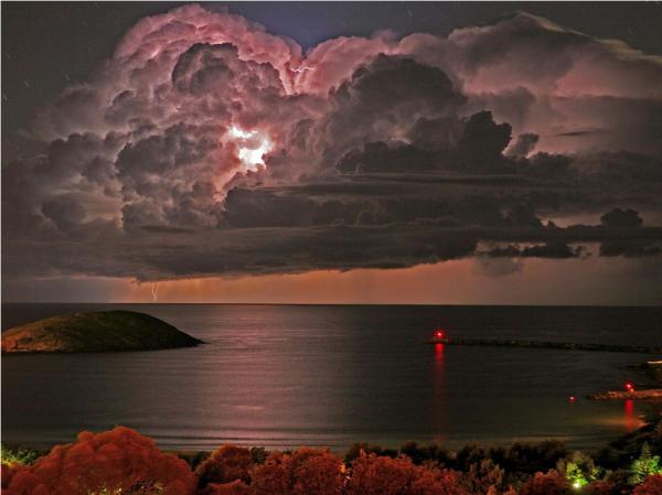Magnifique éclair dans les nuages