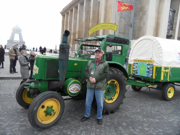 Jean-Yves Brochard voulais rejoindre Paris par la route avec son tracteur Société Française Vierzon à boule chaude de 1953.