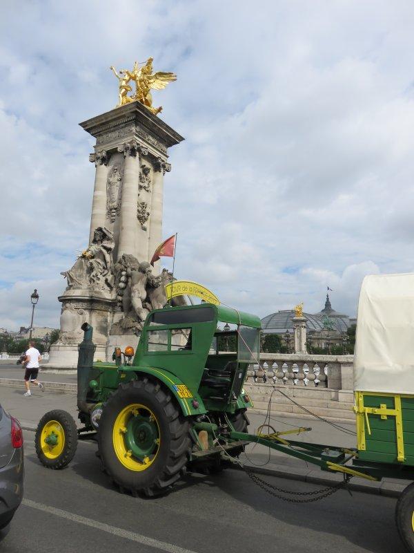 Jean-Yves Brochard et son tracteur Société Française Vierzon le 31 juillet 2016 sont dans Paris.