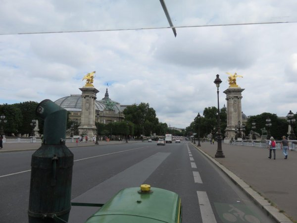 Jean-Yves Brochard et son tracteur Société Française Vierzon se promènent dans Paris