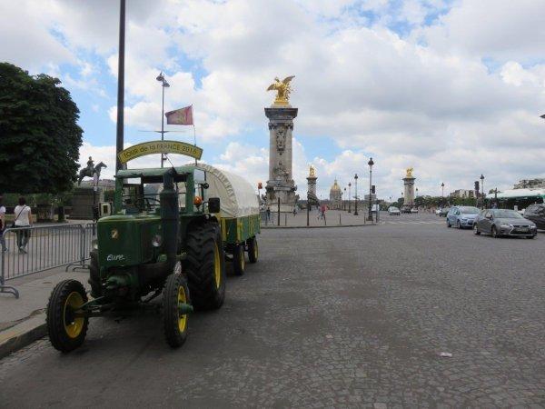 Jean-Yves Brochard et son tracteur Société Française Vierzon continuent à se promener dans Paris