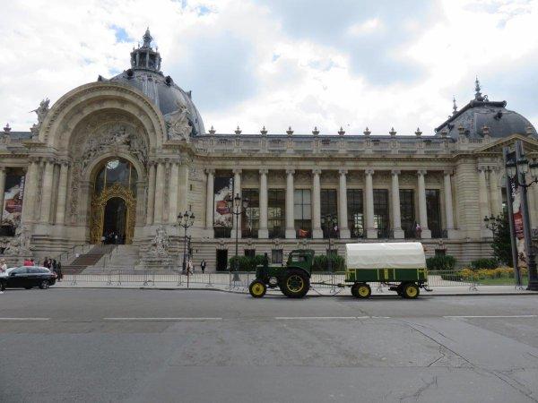 Jean-Yves Brochard et son tracteur Société Française Vierzon dans leur promenade parisienne