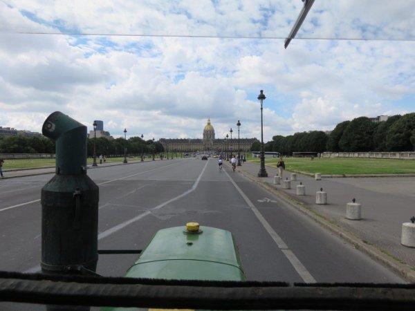 Jean-Yves Brochard et son tracteur Société Française Vierzon continuent leur promenade parisienne