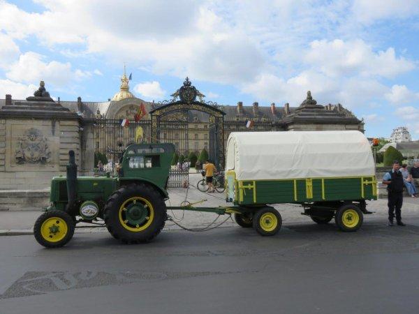 Jean-Yves Brochard et son tracteur Société Française Vierzon effectuent une promenade parisienne