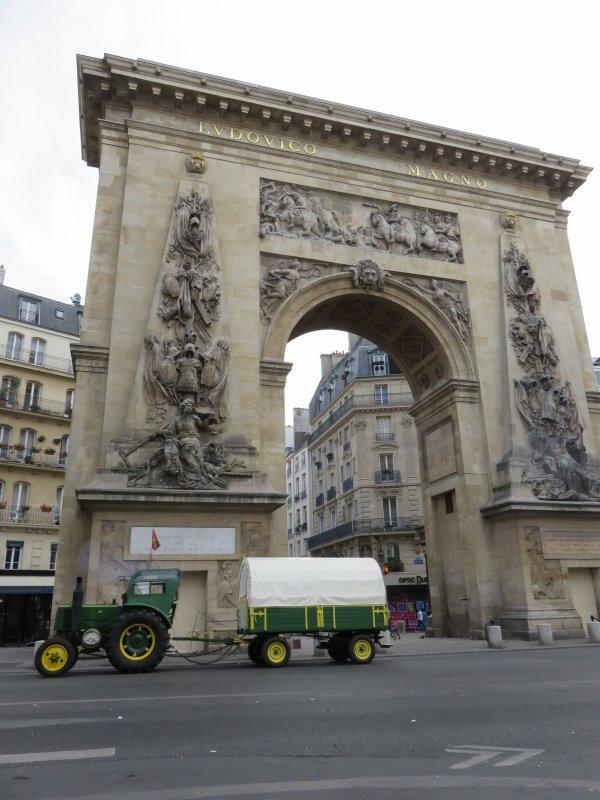 Jean-Yves Brochard et son tracteur Société Française Vierzon font du tourisme dans le C½ur de Paris