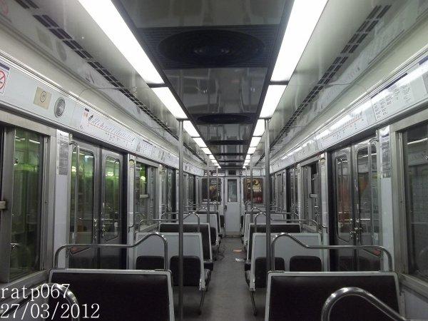 Ligne m tro 5 int rieur d 39 un train mf67 blog de ratp067 for Metro interieur