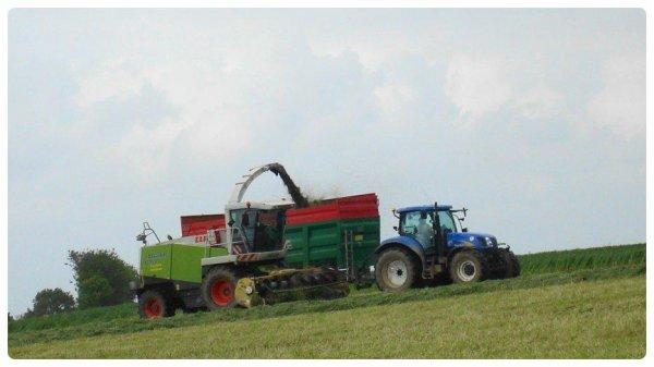 Ensilage d'herbe le Vendredi 18 Mai 2012 ( CLAAS JAGUAR 870 ) ....