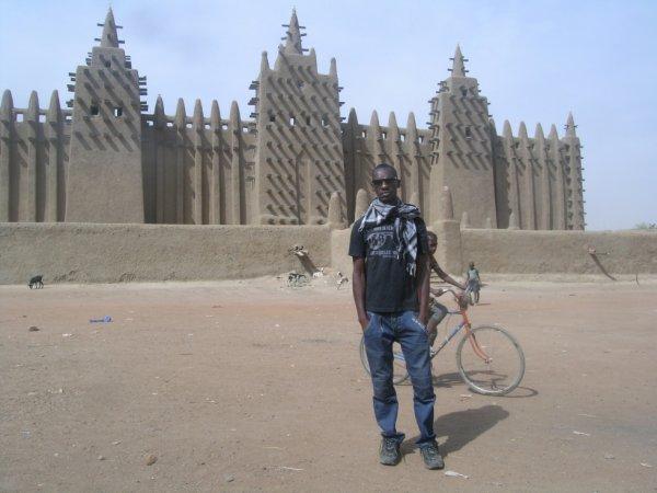 Devant la plus grande Mosquée au monde faite uniquement en terre toujours a Djenne
