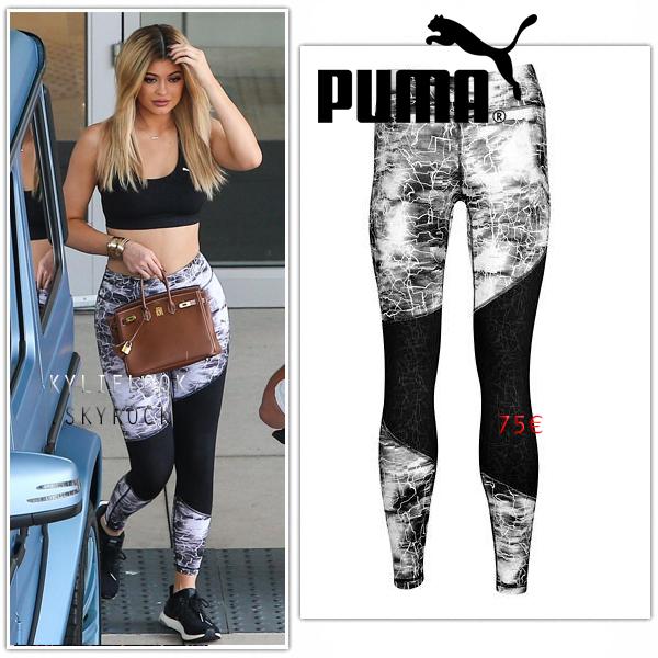 . 10 SEPTEMBRE 2015 Kylie et Tyga étaient dans les rues de Woodland Hills pour faire dushopping. Kylie était en tenuecomplètementdécontractéavecun legging Puma à 75¤. .