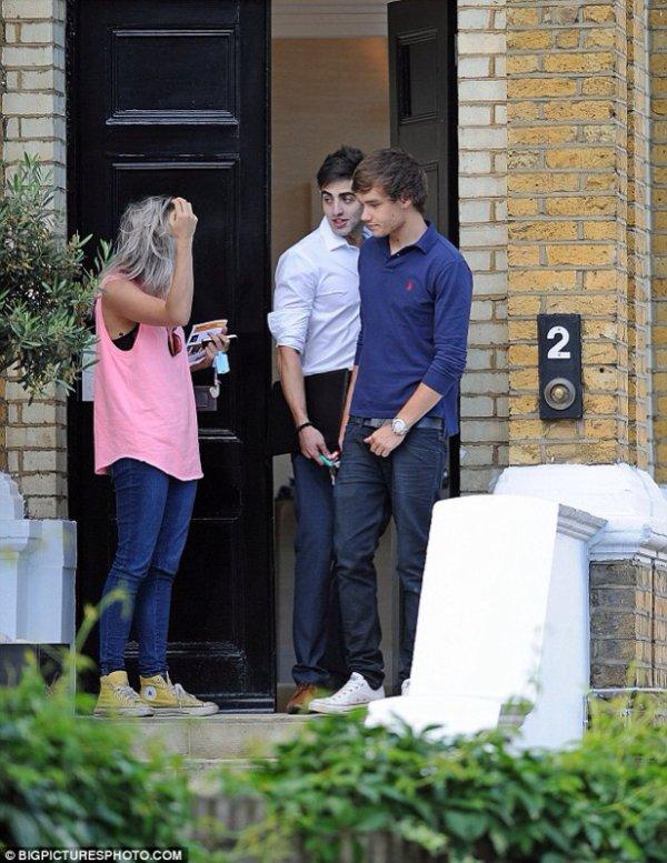 Liam a été repèré ahousehunting à Primrose Hill, au nord de Londres juste a coter d'Harry hier entrin  de visiter une maison en compagnie de leurs maquilleuse Lou Teasade ( Liam n'a pas pu s'empêcher de rester  loin de Hazza)