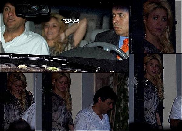 🍴 Shakira & son frère Tonino sont allés déjeuner au « Lipps Restaurant »  & ont regardés un match du FC Barcelone. o2 Avril 2011 - Polanco, Mexique.
