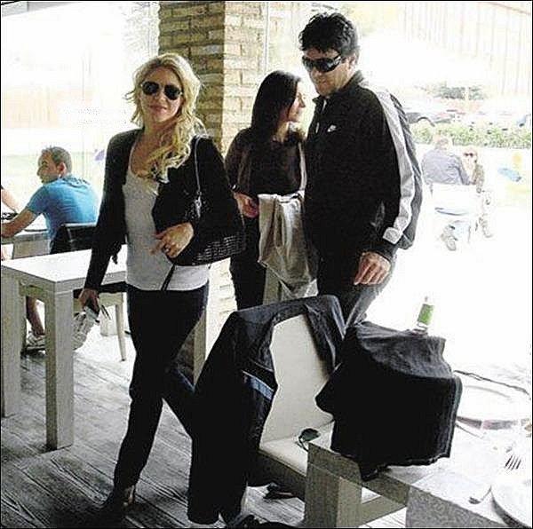 ⚽ Shakira & Tonino sont allés au « Luis Casanova Stadium » pour encourager Gérard lors d'un match du FC Barcelone pour la Copa del Rey. 2o Avril 2011 - Valence, Espagne.