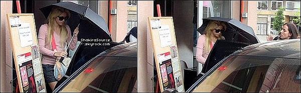 💃 Shakira a été vue quittant le « Strip Art Sudio ». 27 Avril 2011 - Barcelone, Espagne.