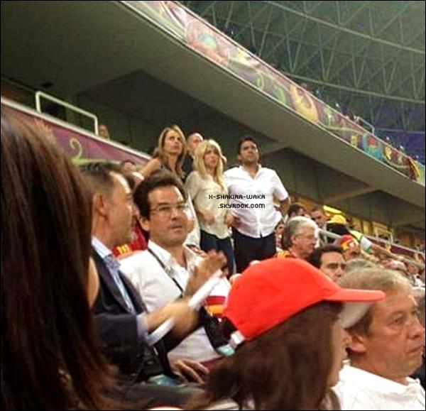 🏠 Shakira a été vue avec des fans dans son « Hôtel ». 24 Juin 2012 - Ukraine.