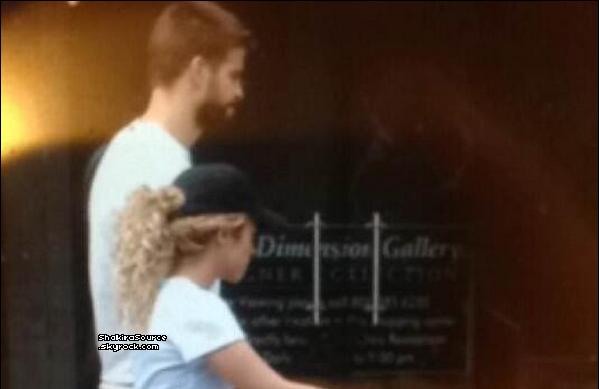 📷 Shakira a posé avec un fan dans les « Rues d'Hawaï ». 2o Juillet 2o13. Hawaï - Etats-Unis.