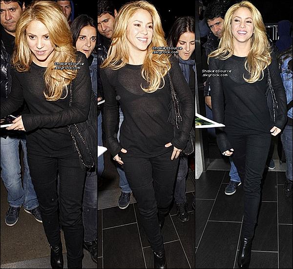 ✈️ Shakira a été vue à « LAX Airport ». o8 Décembre 2o13 - Los Angeles, Etats-Unis.