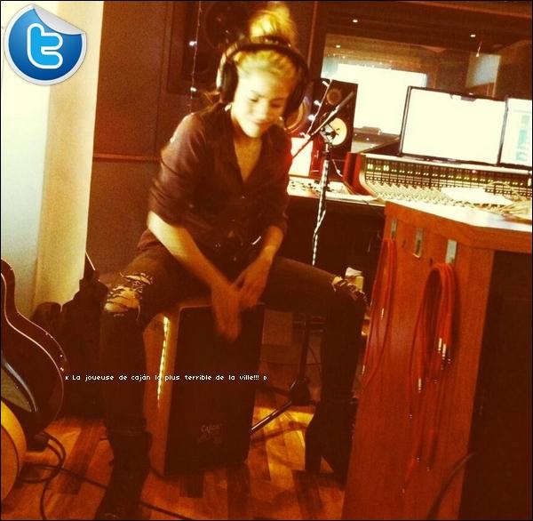 . Twitter - 07 Janvier 2o14  - Shakira a posté une photo d'elle en studio d'enregistrement à Barcelone.    .