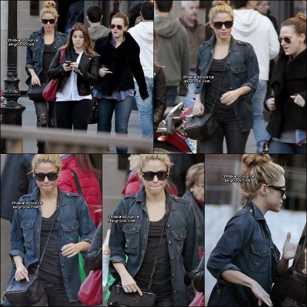 🚶 Shakira a été vue sur l'Avenue « Paseo de la Gracia ». 17 Janvier 2014 - Barcelone, Espagne.
