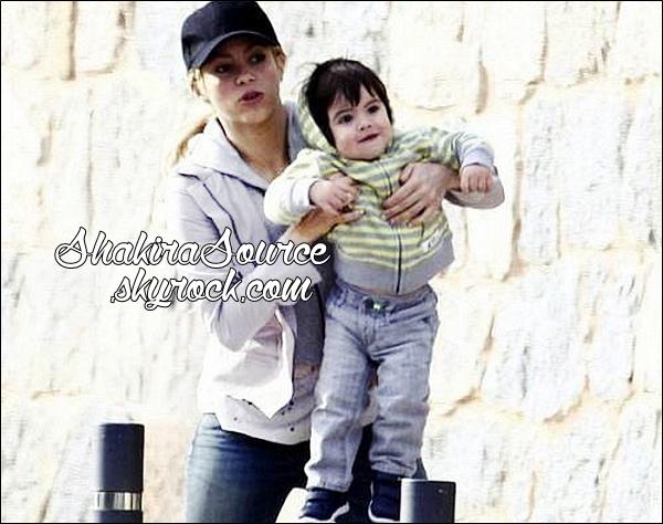 🏬 Shakira a été vue au « Magasin Häagen-Dazs ». 14 Avril 2014 - Barcelone, Espagne.