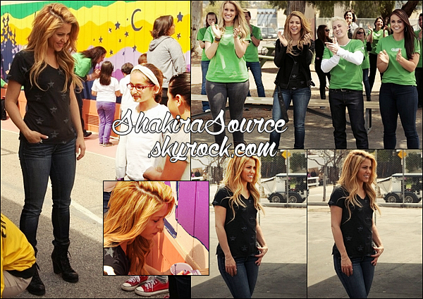 🎒 Shakira & la team The Voice sont allés rendre visiter à la « Roscoe Elementary School ». o4 Avril 2014 - Los Angeles, Etats-Unis.