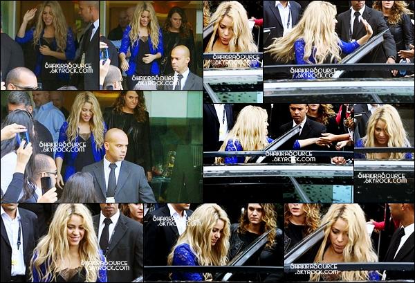 12 Juillet 2014  | Shakira a ensuite « posé pour un photocall »  au Stade de Maracana, à Rio de Janeiro, Brésil.   il y avait également Ivete Sangalo, Wyclef Jean, Carlinhos Brown, Carlos Santana et Alex Pires.
