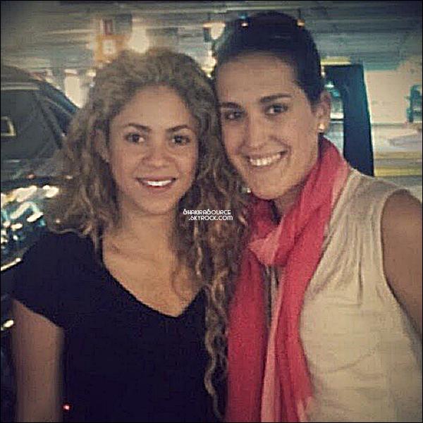 20 Juillet 2014  | Shakira a été prise en photo avec une fan à Barcelone.   Shakira est magnifique avec les cheveux frisés.
