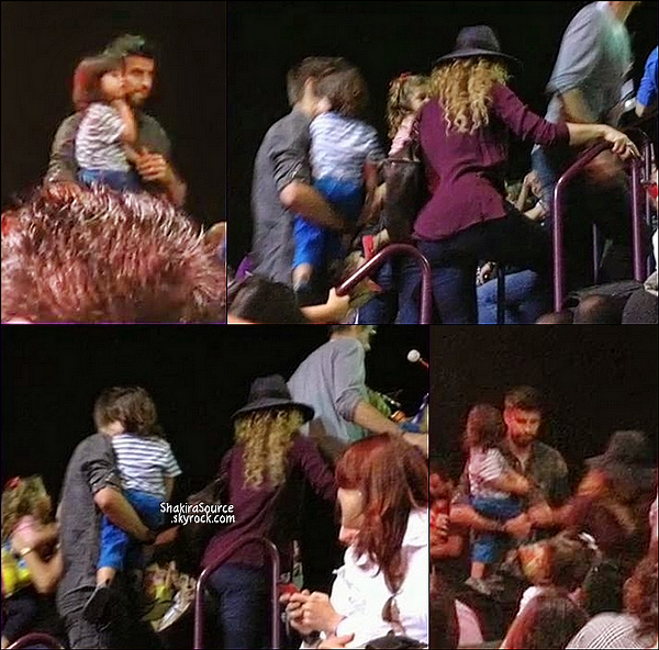 👒 Shakira a été prise en photo avec des fans.   26 Octobre 2014, Barcelone.