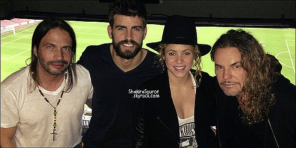 ⚽ Shakira & le groupe Mana sont allés encourager Gerard au Camp Nou pour le match FC Barcelone/FC Séville.  22 Novembre 2014. Barcelone, Espagne.