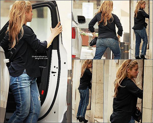 🏥 Shakira est allée à la « Clinique d'Esthétique Casellas ». 19 Mars 2o15. Barcelone, Espagne. Tenue: Shakira porte un Jeans Current Elliott à 328¤.