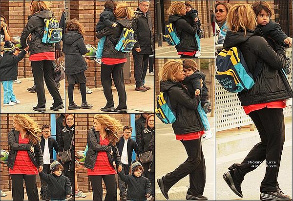 🎒 Shakira est allée chercher Milan « à l'école ». 2o Mars 2o15. Barcelone, Espagne. Tenue: Shakira porte des Baskets Nike.