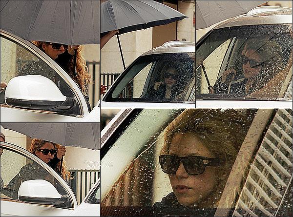 🏥 Shakira est allée à la « Clinique d'Esthétique Casellas ». 24 Mars 2o15. Barcelone, Espagne.