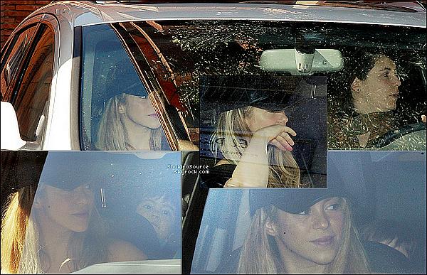 🎹 Shakira a posté une photo de Sasha « en train de s'amuser » avec un jouet de la création de Shakira pour la marque Fisher Price + Une photo de Milan & Sasha. 30 Mars 2o15. Barcelone, Espagne.